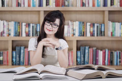 Estudiante amistoso que sonríe en la biblioteca Imagen de archivo
