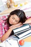 Estudiante asiático cansado que duerme en sus libros Fotografía de archivo