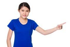 Estudiante asiático con el destacar del finger para la presentación Fotos de archivo libres de regalías