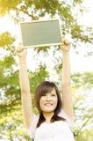 Estudiante asiático de la estudiante universitaria con la pizarra en blanco Fotos de archivo