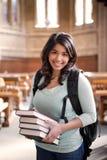 Estudiante asiático en biblioteca Foto de archivo