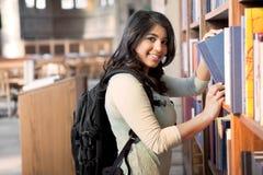 Estudiante asiático en biblioteca Fotografía de archivo