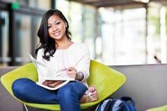 Estudiante asiático en campus Imágenes de archivo libres de regalías