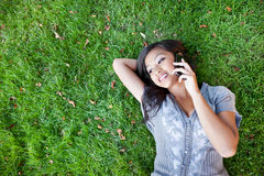 Estudiante asiático en el teléfono Imagen de archivo libre de regalías