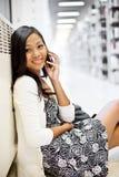 Estudiante asiático en el teléfono fotos de archivo