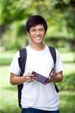 Estudiante asiático hermoso joven con el ordenador portátil Fotografía de archivo