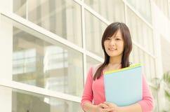 Estudiante asiático joven de la estudiante universitaria en el campus de la escuela Fotografía de archivo