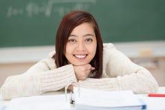 Estudiante asiático joven feliz hermoso Imagen de archivo libre de regalías
