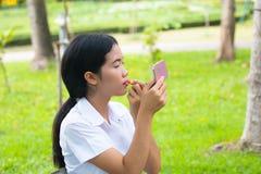 Estudiante asiático Makeup Lips de la belleza en parque Fotografía de archivo