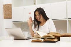 Estudiante asiático que comunica Imagen de archivo