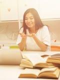 Estudiante asiático que comunica Fotos de archivo libres de regalías