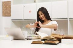 Estudiante asiático que comunica Foto de archivo libre de regalías