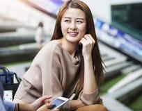 Estudiante asiático que habla con su amigo Fotografía de archivo libre de regalías