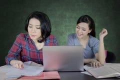 Estudiante asiático que hace el schoolwork con su amigo Imagen de archivo