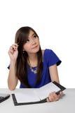 Estudiante asiático que mira para arriba para la idea Foto de archivo