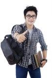 Estudiante asiático que muestra el pulgar para arriba en estudio Fotografía de archivo libre de regalías