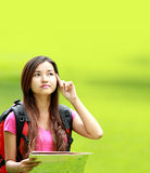 Estudiante asiático que piensa algo en el parque Foto de archivo