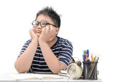 Estudiante asi?tico aburrido y cansado que hace la preparaci?n i imagen de archivo
