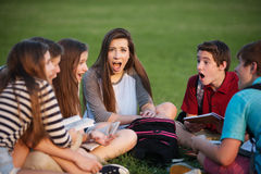 Estudiante asombroso con los amigos Foto de archivo libre de regalías