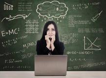 Estudiante asustado que hace frente a la prueba en línea con la computadora portátil Imagen de archivo libre de regalías