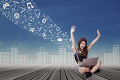 Estudiante atractivo con el ordenador portátil en el piso Fotos de archivo