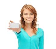 Estudiante atractivo con la tarjeta de visita Imágenes de archivo libres de regalías