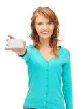 Estudiante atractivo con la tarjeta de visita Foto de archivo
