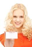 Estudiante atractivo con la tarjeta de visita Foto de archivo libre de regalías
