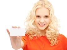 Estudiante atractivo con la tarjeta de visita Imagenes de archivo