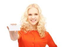 Estudiante atractivo con la tarjeta de visita Imagen de archivo libre de regalías