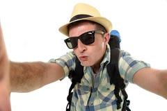 Estudiante atractivo joven del hombre o del backpacker que toma la foto del selfie con el teléfono móvil o la cámara Fotos de archivo