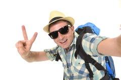 Estudiante atractivo joven del hombre o del backpacker que toma la foto del selfie con el teléfono móvil o la cámara Fotos de archivo libres de regalías