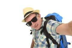 Estudiante atractivo joven del hombre o del backpacker que toma la foto del selfie con el teléfono móvil o la cámara Imagenes de archivo
