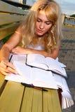 Estudiante atractivo joven que lee el libro Fotografía de archivo libre de regalías