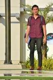 Estudiante atractivo With Notebooks Walking del muchacho en campus foto de archivo libre de regalías
