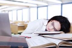 Estudiante atractivo que duerme en sala de clase Imagen de archivo