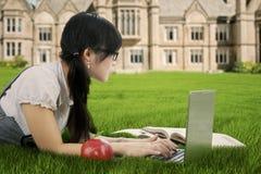 Estudiante atractivo que estudia en parque Foto de archivo libre de regalías