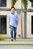 Estudiante atractivo Walking On Campus del muchacho foto de archivo libre de regalías