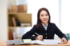 Estudiante bastante asiático de los jóvenes. Foto de archivo