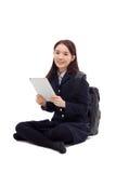 Estudiante bastante asiático de Yong que estudia con PC de la tablilla Fotos de archivo libres de regalías