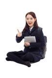Estudiante bastante asiático de Yong que estudia con PC de la tablilla Imagenes de archivo