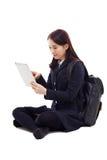 Estudiante bastante asiático de Yong que estudia con PC de la tablilla Imagen de archivo libre de regalías