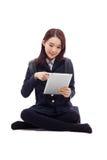 Estudiante bastante asiático de Yong que estudia con PC de la tablilla Fotografía de archivo