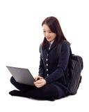 Estudiante bastante asiático de Yong que estudia la computadora portátil de la pizca Imágenes de archivo libres de regalías