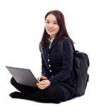 Estudiante bastante asiático de Yong que estudia la computadora portátil de la pizca Imagen de archivo libre de regalías