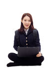 Estudiante bastante asiático de Yong que estudia la computadora portátil de la pizca Foto de archivo
