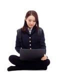 Estudiante bastante asiático de Yong que estudia la computadora portátil de la pizca Imagenes de archivo