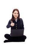 Estudiante bastante asiático de Yong que estudia la computadora portátil de la pizca Imagen de archivo