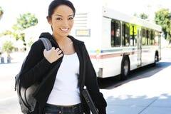 Estudiante bastante asiático que baja del omnibus Foto de archivo libre de regalías
