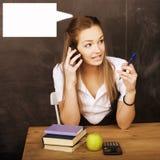 Estudiante bonita joven en sala de clase en la pizarra Fotografía de archivo
